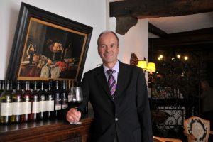 Der Manager Klaus Jungmann ist ein Weinkenner und führt durch die Weinproben
