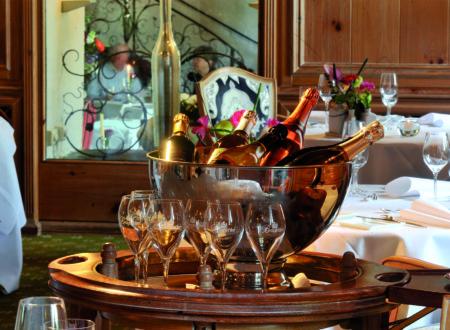 Ein gefüllter Flaschenkühler im Gourmet Restaurant Brogsitter